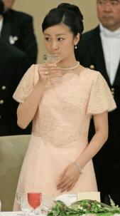 上品な桜色のドレスが目を引く佳子様の画像