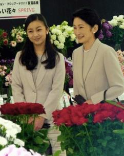 紀子さまとともに花をご覧になる佳子様、何とも美しい画像