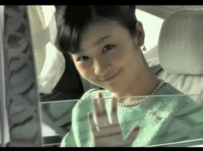 にこやかに車の中から手を振られる佳子様の可愛い画像