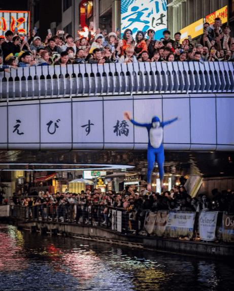 大阪ハロウィンで道頓堀へダイブする人続出