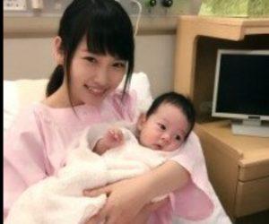 赤ちゃんを抱く川栄李奈
